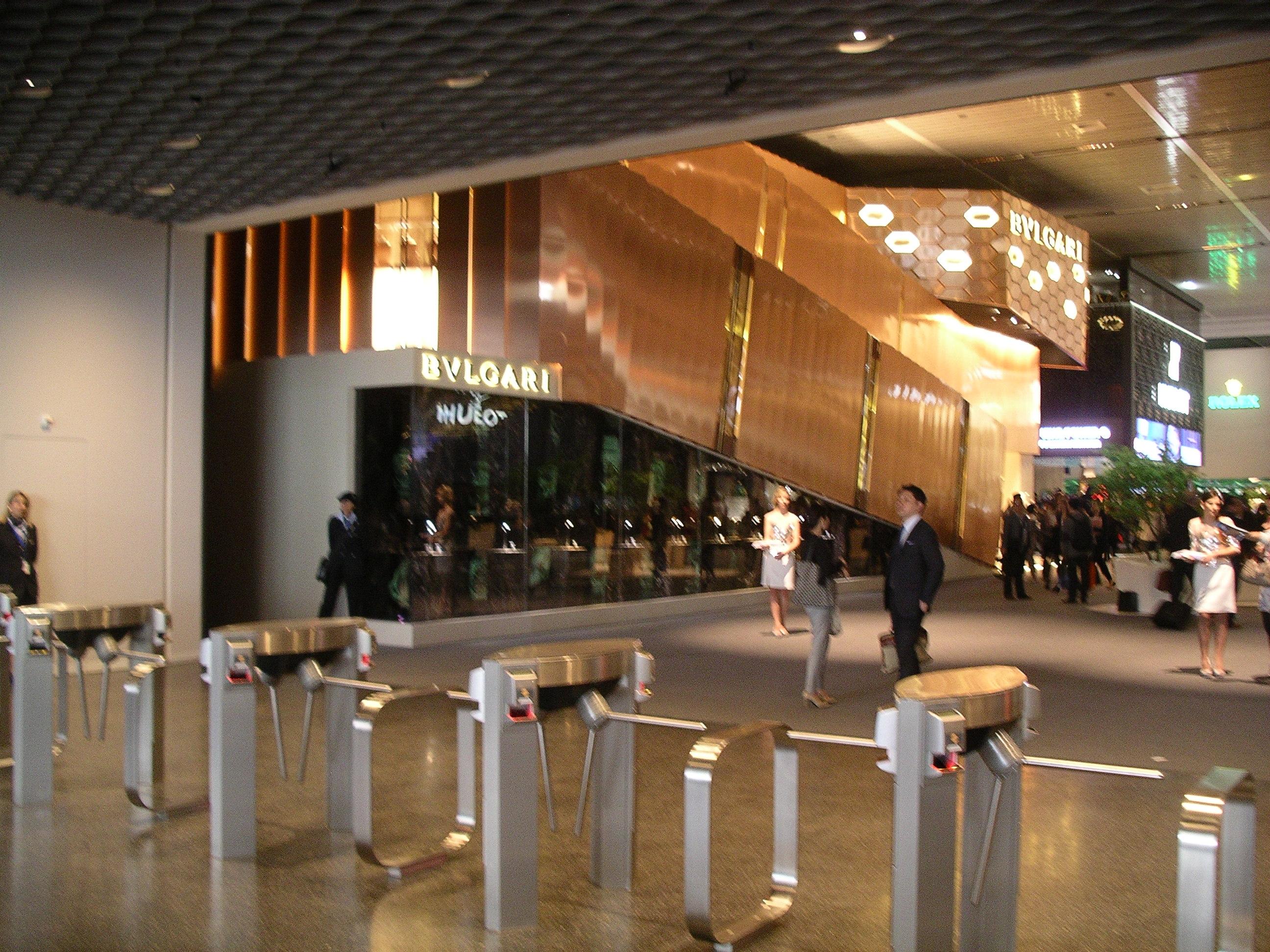 Lo stand di Bulgari all ingresso dei Baselworld fa3eb5b57cd